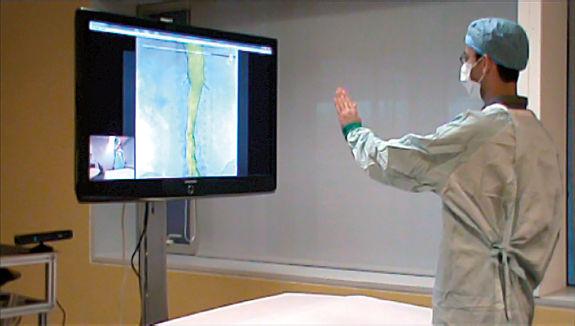 Comandi gestuali e vocali per la visualizzazione di immagini mediche in sala operatoria.